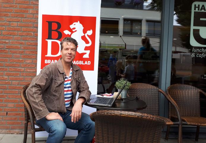 Verslaggever Maarten van den Hurk op zijn tijdelijke werkplek op het terras.