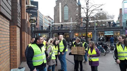 De demonstranten strijden tegen het beleid van Rutte.