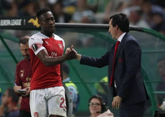 Unai Emery feliciteert Danny Welbeck, gisteravond in Lissabon de matchwinner namens Arsenal.