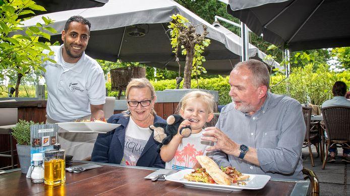 Oma Ineke en opa John Ooms lunchen met kleindochter Lotte (4) op het terras van 't Graanhuys in Zevenhuizen.