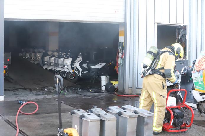 Accu van scooter vliegt in brand in pand aan Schieweg.