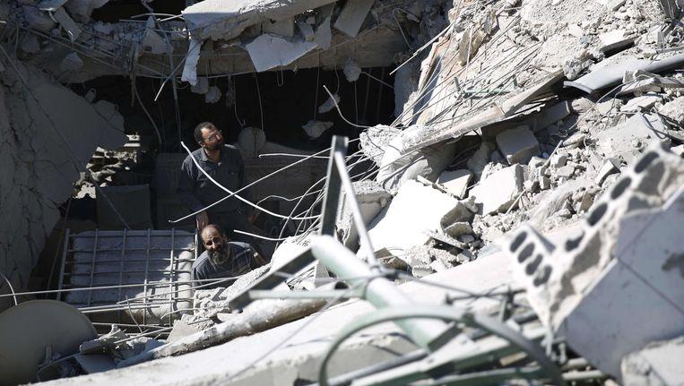 Schade na een luchtaanval in Douma. Het bombardement zou dit weekend zijn uitgevoerd door overheidstroepen.