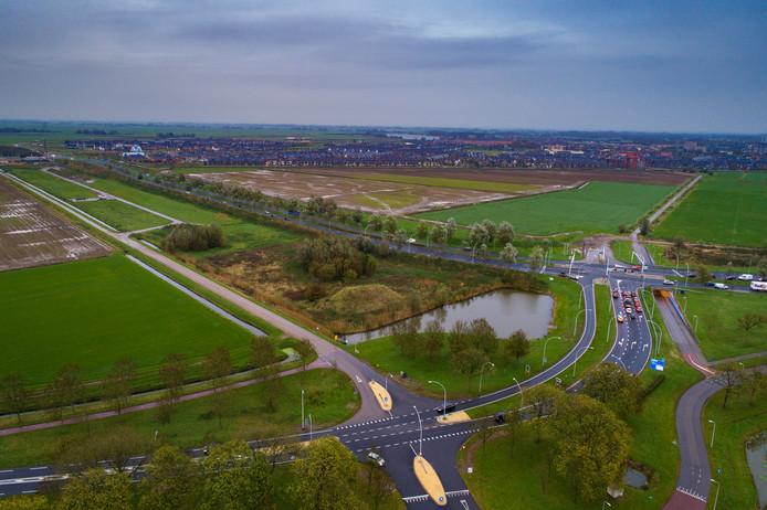 Links in beeld de Scholtensteeg. In het midden van de foto het gebied waar de woningen moeten komen (in de kom Zwolseweg/Hasselterweg/Scholtensteeg).