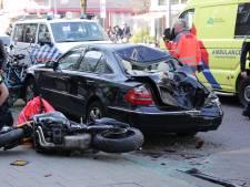 Vrouw gewond na botsing tussen motor en auto in Rotterdam-Noord