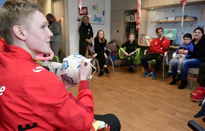 Spelers van FC Twente bezorgen zieke kinderen in het MST de middag van hun leven.