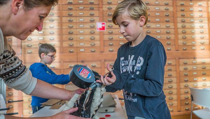 Nick de Lange is met zijn moeder Saskia druk in de weer met het maken van de skiliftsurprise.