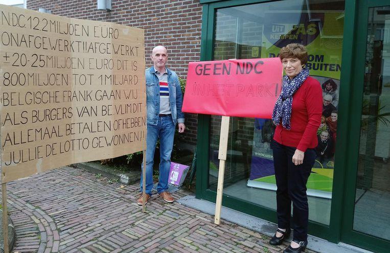 'Geen NDC' (nieuw dienstencentrum) in het Hovenpark: Dirk Verheyen en Maria Verbist maken hun grieven duidelijk.