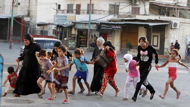 Palestijnse gezinnen ontvluchten het kamp door de rellen.
