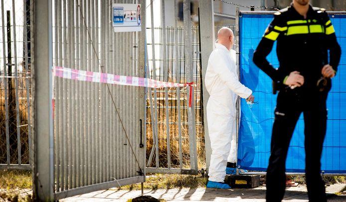 Politie in Amsterdam-Noord waar bij een schietincident de 41-jarige Reduan B., de broer van de kroongetuige Nabil B. die verklaringen heeft afgelegd tegen de zogeheten Mocro-maffia, werd doodgeschoten.