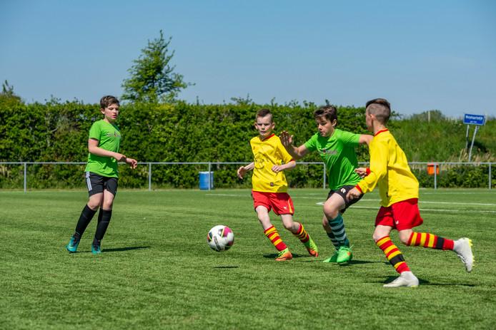 De uiteindelijk winnaars van Het Talent (groene shirts) in hun wedstrijd tegen De Oleanderhof uit Arnemuiden.