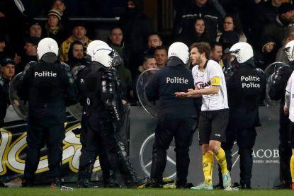 """Lokerse fans uiten onvrede en gooien projectielen op het veld, Overmeire: """"Machtsvertoon politie is ongehoord"""""""