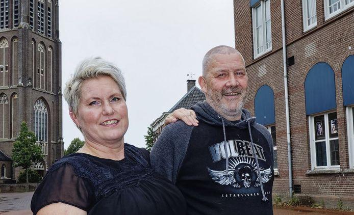 Gitte Vissers en Wilco van het Dungense café De Linden. Ze staan op de plek waar normaal gesproken de kermis staat.