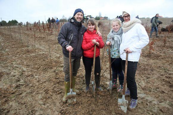 Kathleen Massaer kwam samen met haar partner Michael Vanderkluysen en dochters Cato en Cleo bomen planten.
