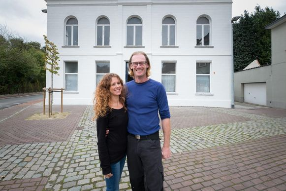 Bernat Scheffer en Jamila Hamdann Lachkar renoveren het voormalig café Apollon. De buitenkant is al afgewerkt.