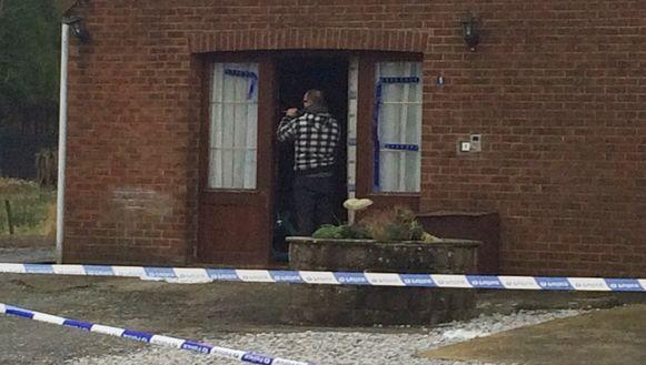 De politie zoekt naar sporen in de woning van een van de slachtoffers in Sautin.