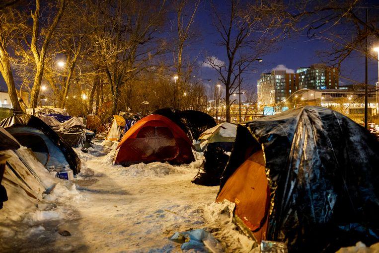 De daklozen in hun tentjes bij de Dan Ryan Expressway in Chicago gisteren.