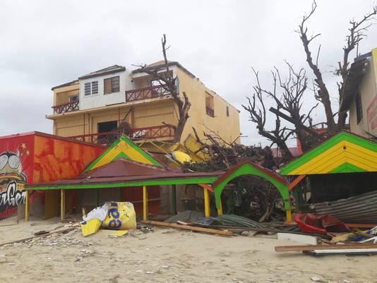 Verwoeste restaurantjes aan het strand.