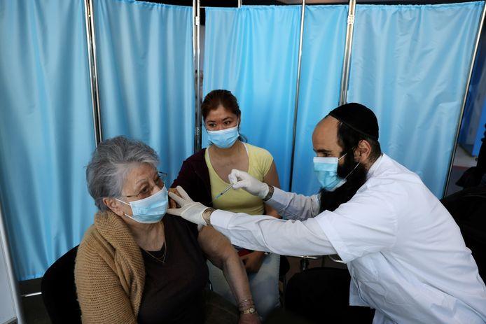 In Israël heeft nu al meer dan 12 procent van de bevolking een eerste prik tegen het coronavirus gekregen.