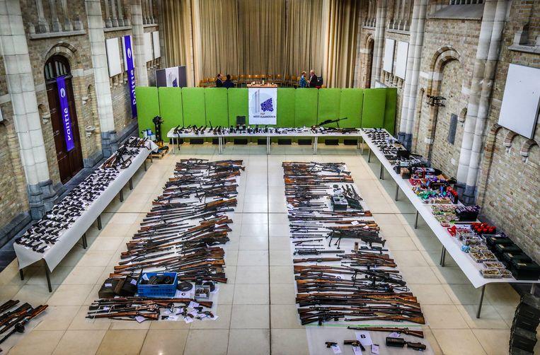 Tijdens de reeks huiszoekingen werden zowat 450 wapens in beslag genomen.