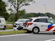 Auto botst tegen lichtmast in Oldenzaal