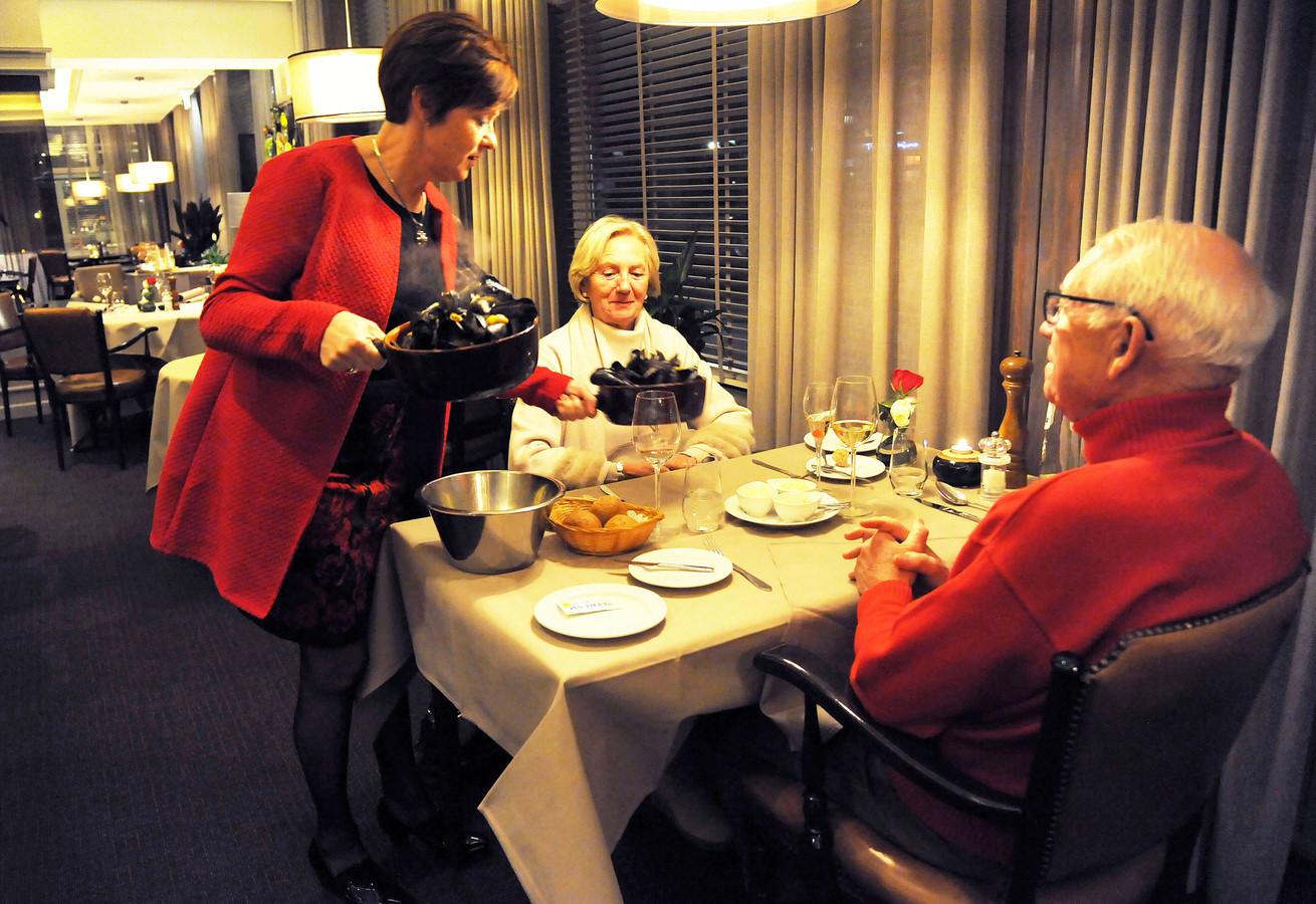 Patricia de Milliano serveert mosselen.