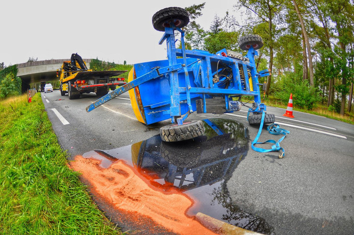 Takelwagen gekanteld op Valkenswaardseweg in Leende.