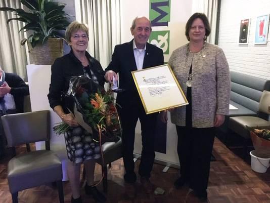 Wiel Bijmans kreeg zaterdag uit handen van burgemeester Bergman de Zilveren erepenning van de gemeente Beuningen.