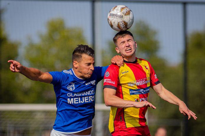 Juliana (geel-rood shirt) in het competitieduel met Meerssen.
