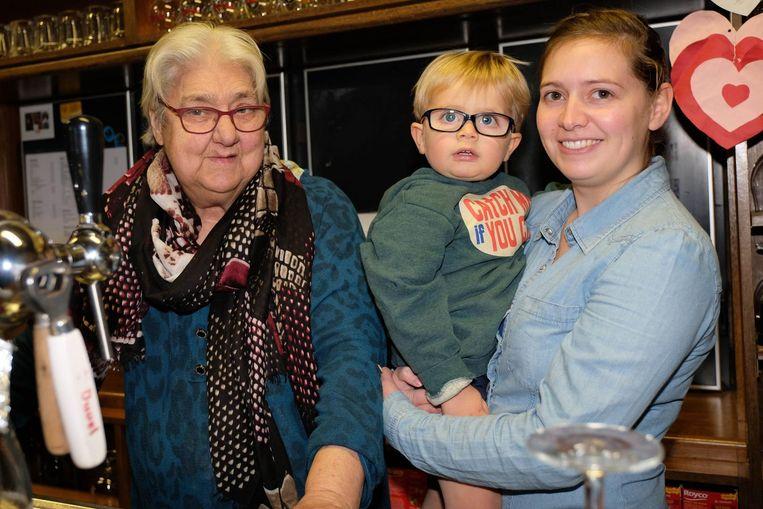 Elisabeth (79) en kleindochter Yoni. Met zoontje Wolf lijkt de opvolging al verzekerd.