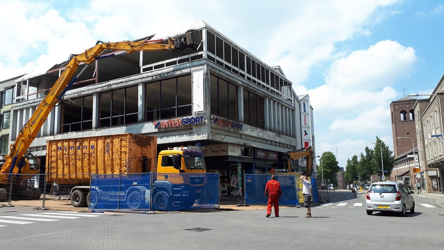 De sloop van het voormalig Intersportpand in Nijmegen is dinsdag begonnen.
