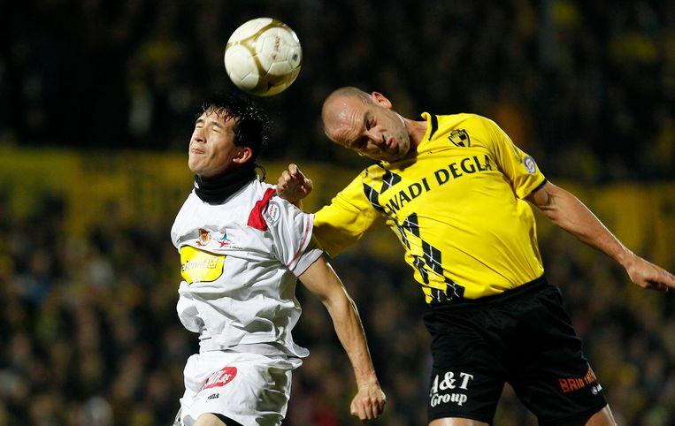 Jurgen Cavens (R) hier in duel met Xavier Chen van KV Mechelen.