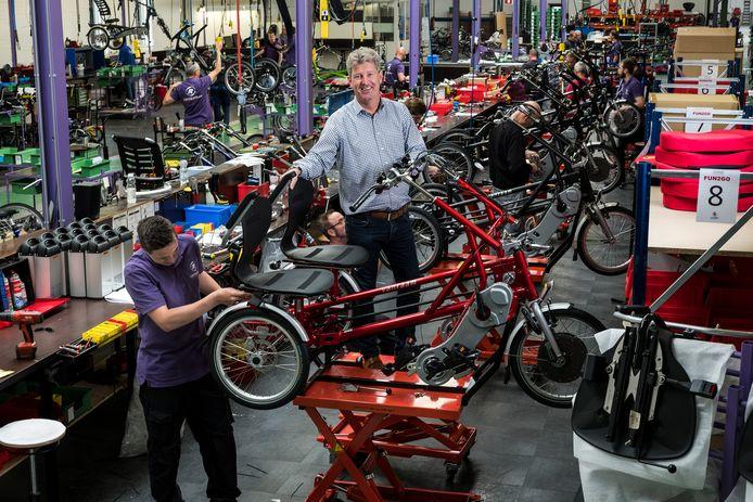 Directeur Ronald Ruesink bij een van de productielijnen in de huidige fabriek van Van Raam. Foto : Jan Ruland van den Brink