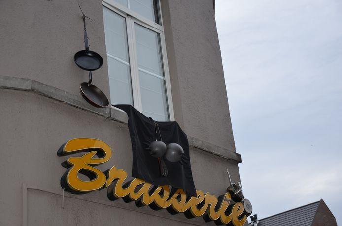 Brasserie De Fonteyn hangt potten en pannen uit als sympathie voor haar personeel dat technisch werkloos is door de horecasluiting.