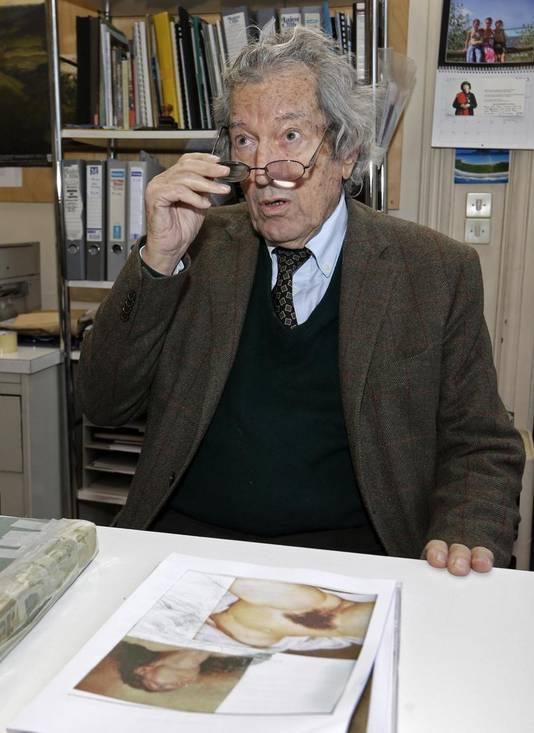 Kunstkenner Jean-Jacques Fernier met afbeeldingen van de twee schilderijen
