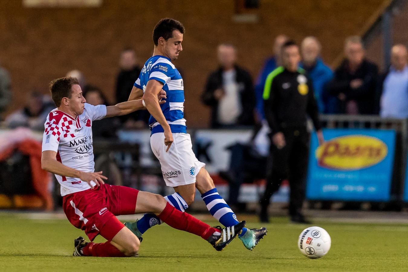 Daryl van Mieghem (rechts) in duel voor De Graafschap met Leon Bot van Kozakken Boys.  de Doetinchemse club vloog er tegen de tweededivisionist uit.