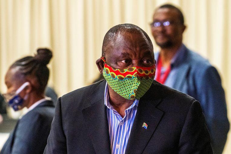 President Cyril Ramaphosa eerder dit jaar tijdens een bezoek aan een test- en behandelcentrum voor Covid-19.  Beeld REUTERS