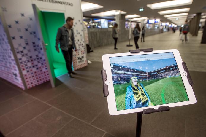 De photobooth op het station (links, met greenscreen). Hier kunnen mensen zichzelf laten fotograferen op plaatsen in Breda waar je normaal niet kunt komen, zoals op de middenstip van een volgepakt NAC-stadion.