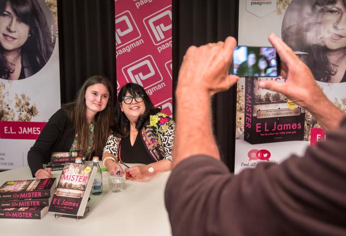 De echte fans maakten van de gelegenheid gebruik om met hun favoriete schrijfster op de foto te gaan.