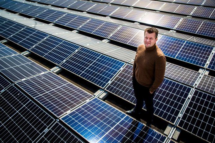 Sytse Bouwer, directeur van zonneparkenontwikkelaar GroenLeven, op het dak van zijn kantoor.