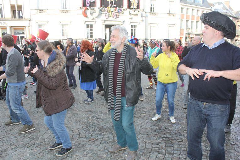 Jan Louies en de losse groepen op de Grote Markt vandaag.