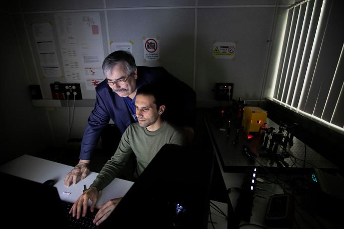John Reid (l) en Luis Oliveira van Aircision in het laboratorium met een proefopstelling van een datalaser.