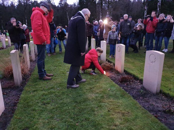 Op kerstavond plaatsen scholieren uit Holten traditiegetrouw kaarsjes bij elk graf op de Canadese Begraafplaats.