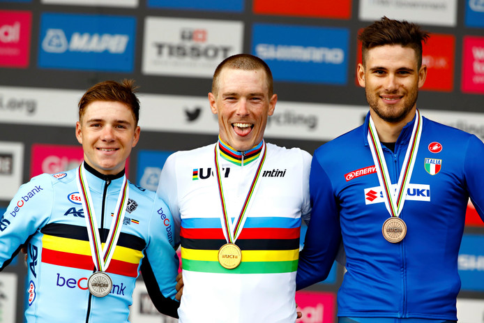 Rohan Dennis (au milieu)