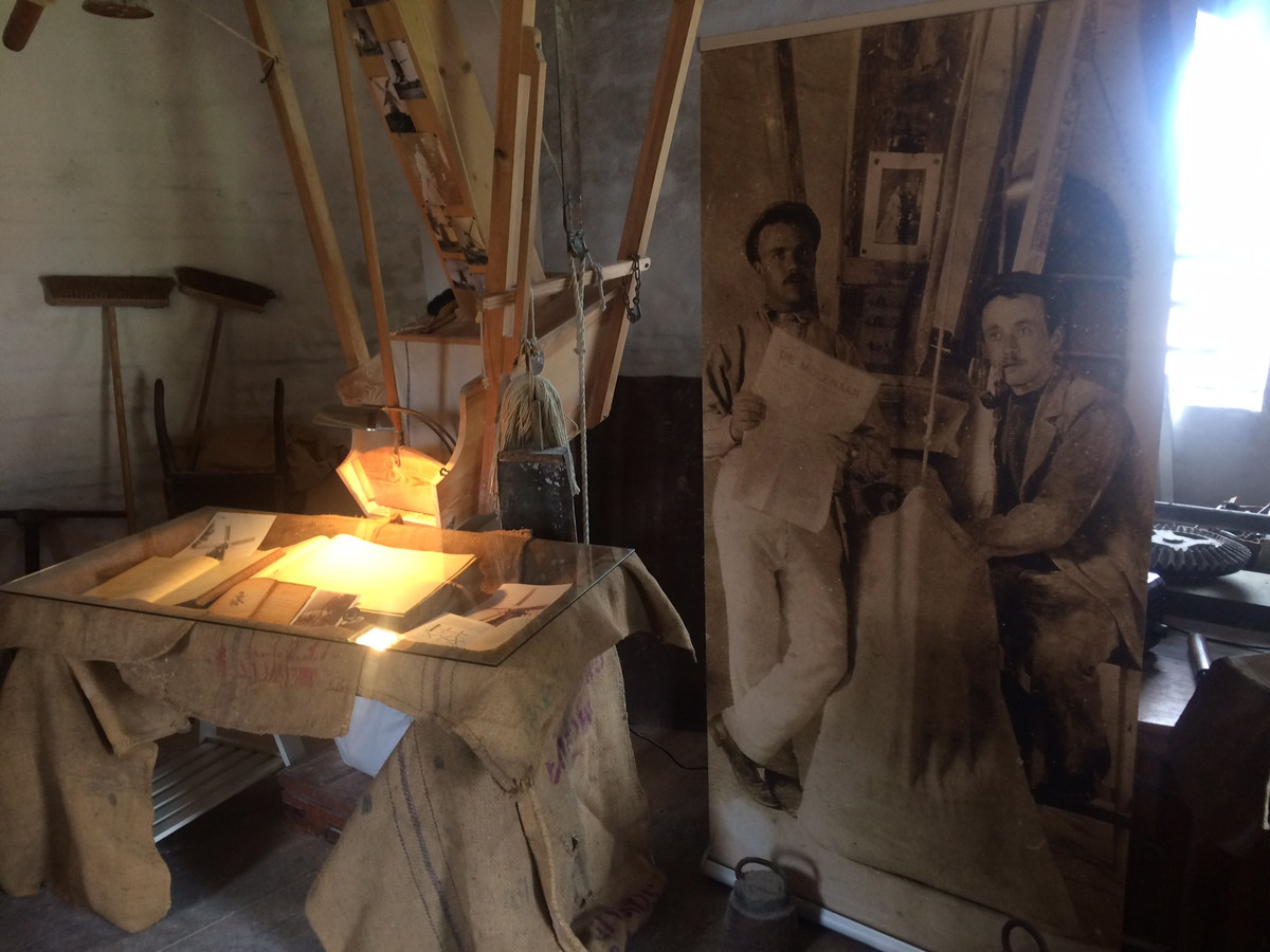 Een foto uit 1910, te zien in de molen van Eerde, met daarop Gerrit (links) en Bernard van Dam.