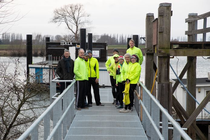 Roeivereniging Isala krijgt een nieuw botenhuis. De nieuwe loopbrug is er al.