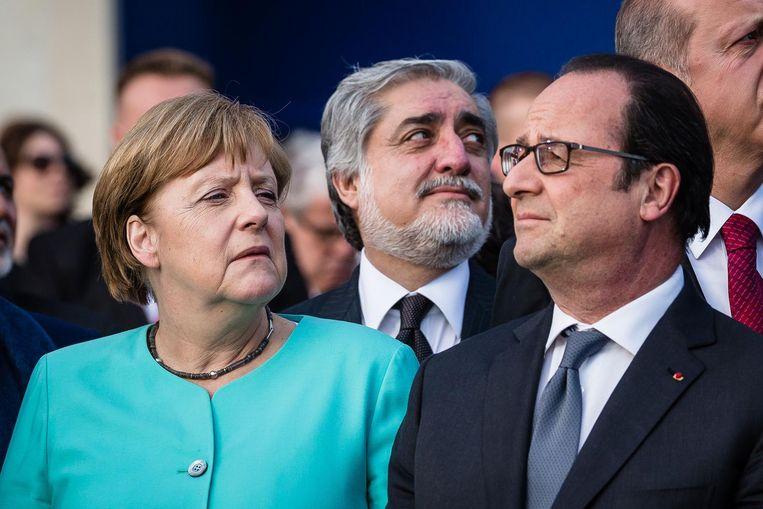 Angela Merkel en Francois Hollande tijdens een bijeenkomst van de NAVO. Beeld afp
