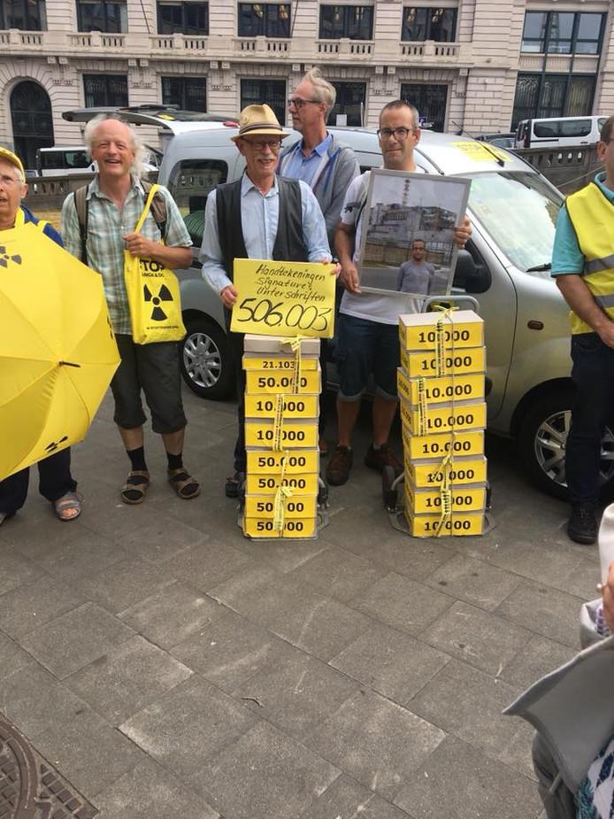 Tegenstanders van de kerncentrales in Doel en Tihange hebben 500.000 handtekeningen aangeboden aan atoormwaakhond FANC in Brussel