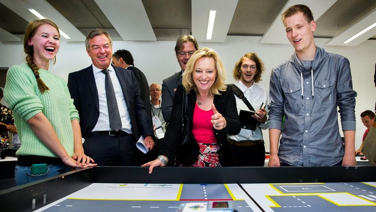 Minister Jet Bussemaker bezoekt een Legolab bij een hogeschool. In haar nationale wetenschapsagenda draait het vooral om 'nut' Beeld anp