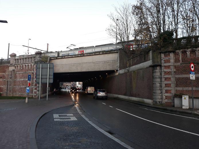De spoorwegbrug in de Nekkerspoelstraat in Mechelen.
