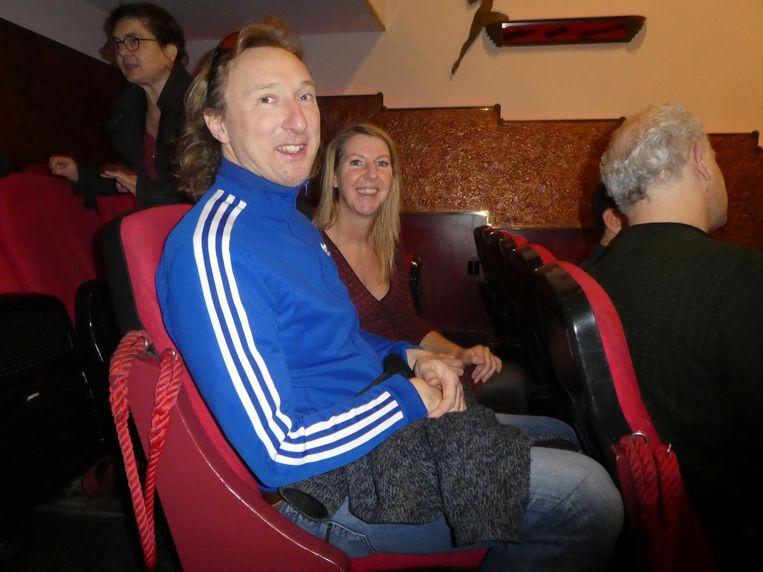 Buurtbewoners Niek en Marie zitten ook krap. Niek: 'Zo pasten er een paar rijtjes stoelen bij.' Beeld Hans van der Beek